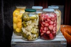 Заквашенные овощи в больших опарниках стоковое изображение rf