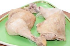 2 закипели drumsticks цыпленка, который служат на плите Стоковая Фотография RF