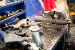заклепка орудийного металла аппликатора заклепывает мастерскую Тиски и верстачный шлифовальный станок на металлическом верстаке с стоковое фото rf