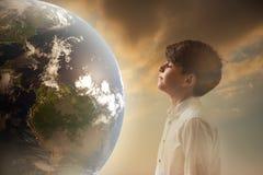 Заключение ребенка портрета крупного плана любознательное наблюдает и мечтающ земля, человеческое выражение лица записывает стару Стоковые Фотографии RF