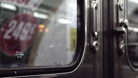 Заключительные двери в метро и уходить видеоматериал