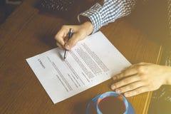 Заключите контракт документ, бумагу знака 2 людей в офисе тонизированное увяданное изображение стоковая фотография rf