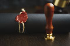 Заключите контракт ждать знак государственного нотариуса на столе Аксессуары государственного нотариуса стоковая фотография rf