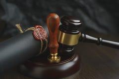 Заключите контракт ждать знак государственного нотариуса на столе Аксессуары государственного нотариуса стоковая фотография