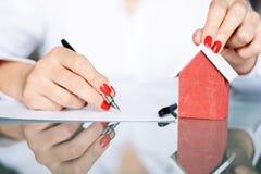 Заключите контракт подписание нового дома, концепцию недвижимости стоковая фотография rf