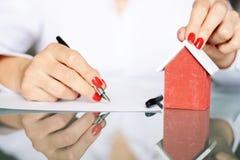 Заключите контракт подписание нового дома, концепцию недвижимости стоковые фотографии rf