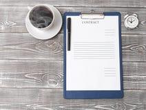 Заключите контракт форму, чашку кофе, будильник на предпосылке стоковые фотографии rf