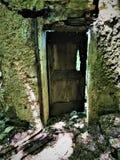 Заколдованная старая дверь и руины стоковое фото rf