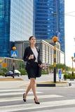 Закоммутируйте азиатская бизнес-леди стоковая фотография