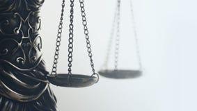 Законное изображение концепции закона, весы правосудия, золотой свет стоковое фото rf