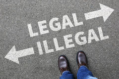 Законное противозаконное решение концепции бизнесмена бизнесмена запрещает стоковая фотография