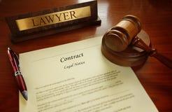 Законный контракт с молотком судьи стоковое фото rf