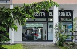 """Законный магазин конопли в городке Aulla, в провинции Massa Каррары Конопля """"света """"законна, но законодательство стоковые изображения rf"""