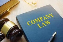 Законодательство о компаниях и молоток на столе суда стоковые фотографии rf