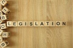 Законодательство слова от деревянных блоков на столе стоковые изображения rf