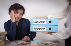 Законодательство и референдум 2 связывателя в руках женщин стоковые фото