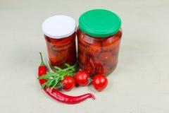 Законсервировал и свежие перцы chili и томаты вишни стоковая фотография