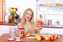 законсервированные домодельные персики стоковые фото