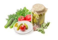 Законсервированные и свежие огурцы и томаты, специи и зеленые цвета Стоковое Изображение