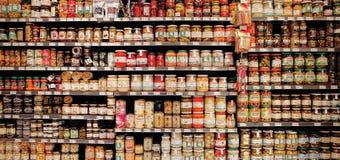 Законсервированные продтовары на 'SPAR' супермаркета стоковая фотография