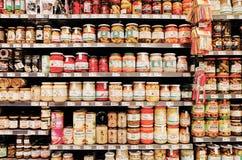 Законсервированные продтовары на 'SPAR' супермаркета стоковое фото rf