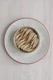 Законсервированные шпротины на круглом блюде Стоковые Изображения RF
