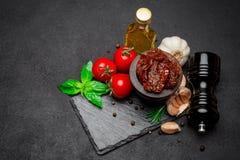 Законсервированные Sundried или высушенные половины томата в деревянном шаре Стоковая Фотография RF