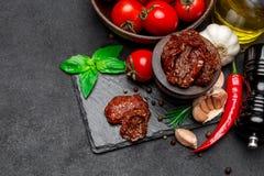 Законсервированные Sundried или высушенные половины томата в деревянном шаре Стоковое Изображение