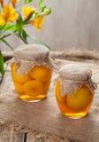 Законсервированный компот персика в стекле раздражает сладостную традиционную еду Стоковое фото RF