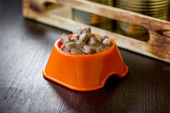 Законсервированный корм для домашних животных в оранжевом пластичном шаре Стоковые Изображения