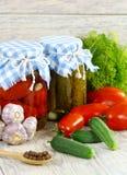 Законсервировано, томаты заповедников, огурцы в баке a стоковые фотографии rf
