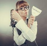 Законцовка женщины коммерсантки ломая контракт Стоковая Фотография