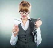Законцовка женщины коммерсантки ломая контракт Стоковые Фотографии RF