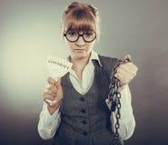 Законцовка женщины коммерсантки ломая контракт Стоковая Фотография RF