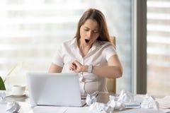 Законцовка рабочего дня утомленной коммерсантки ждать Стоковое Фото