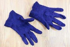 Законченные влажные пушистые перчатки после fulling стоковые изображения
