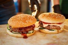 Законченный бургер 2 на деревянной доске Раскройте кухню в улице Фаст-фуд улицы Стоковые Изображения RF