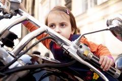 Законы для ребенка водителей концепции 18 вниз Девушка ребенка велосипедиста Llittle сидя на мотоцикле стоковая фотография