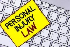 Закон личной травмы текста почерка Гарантия смысла концепции ваши права в случае опасностей или рисков написанных на желтом липко стоковое изображение