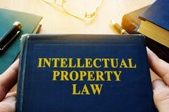 Закон об интеллектуальной собственности и другие книги на столе Стоковая Фотография RF