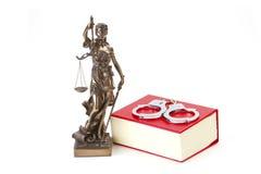 Закон правосудия и правосудие с наручниками стоковые фотографии rf