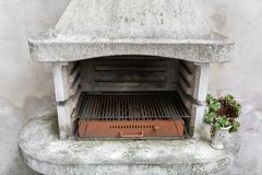 Закоптелая античная печь кирпича внешняя с золами внутрь Старый подогреватель сада гриль годный к употреблению для BBQ вена патио Стоковые Изображения RF