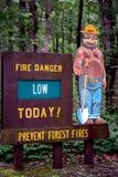 Закоптелый знак лагерного костера медведя для опасности огня выравнивает Стоковые Изображения RF