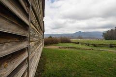 Закоптелая бревенчатая хижина Теннесси горы с взглядом Стоковое фото RF