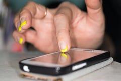 закреплять клетки легкий редактирует включенный рукой экран телефона путя Стоковое фото RF