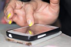 закреплять клетки легкий редактирует включенный рукой экран телефона путя Стоковые Изображения RF