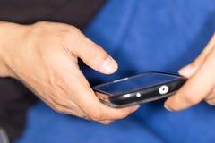 закреплять клетки легкий редактирует включенный рукой экран телефона путя Стоковое Фото