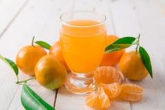 закрепляя включенный путь мандарина сока стоковое изображение