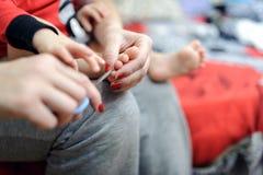 Закрепляя ногти в ребенке стоковое фото rf