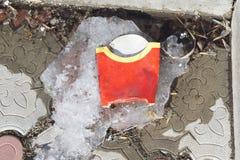 закрепляя франчуз жарит путь изолированный изображением Быстро-приготовленное питание Коробка фраев француза стоковые изображения